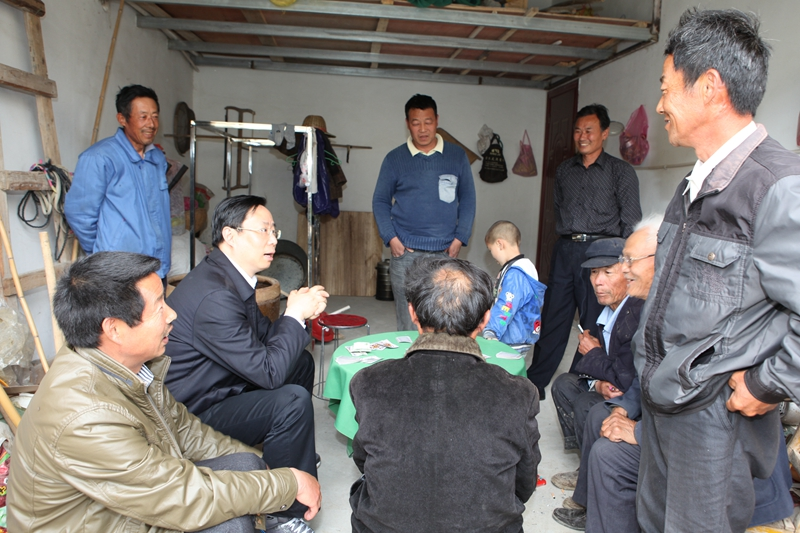 图为11日下午,市委书记、市人大常委会主任蓝绍敏入驻泗洪县界集新城杜墩村,与村里群众亲切交流。 温士才 摄
